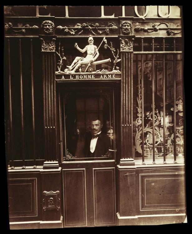 Atget Paris Caf rue des Blancs Manteaux 616x750 Le Paris de 1900 par Atget  photographie histoire art