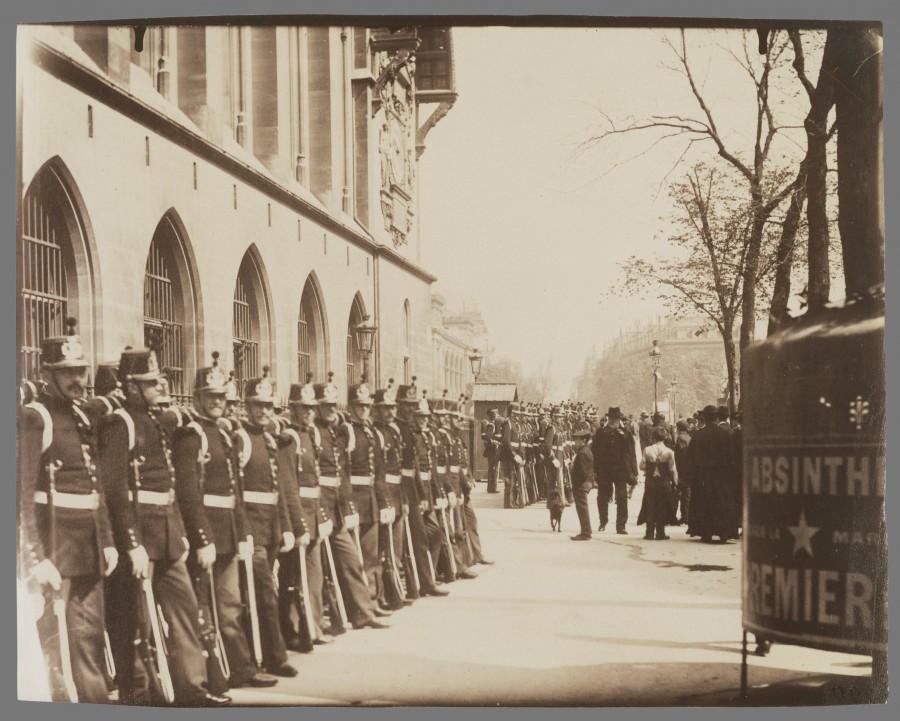 Atget Paris Gardes Rpublicains devant le Palais de Justice 900x721 Le Paris de 1900 par Atget  photographie histoire art
