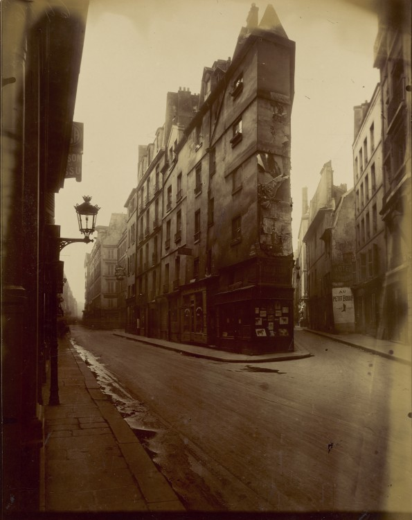 Atget Paris Vieille Cour 22 rue Quincampoix 595x750 Le Paris de 1900 par Atget  photographie histoire art