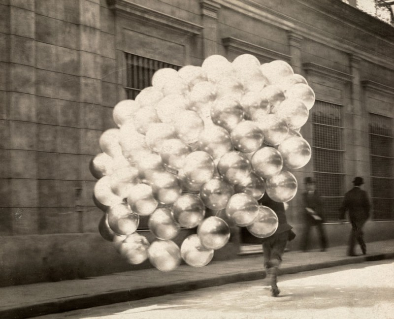 A balloon vendor in Buenos Aires November 1921